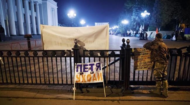 Митингующие под Радой выдвинули ультиматум Порошенко