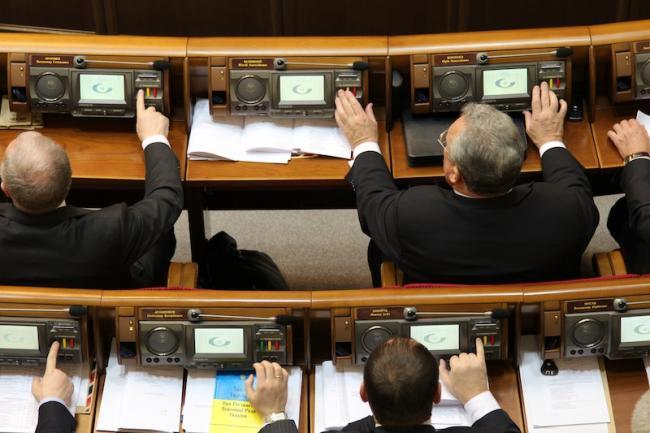 Впечатляющая цифра: более сотни депутатов Верховной Рады «голосуют» за своих коллег