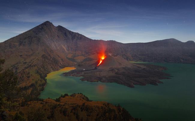 На Бали началось извержение вулкана: тысячи людей оказалась в ловушке