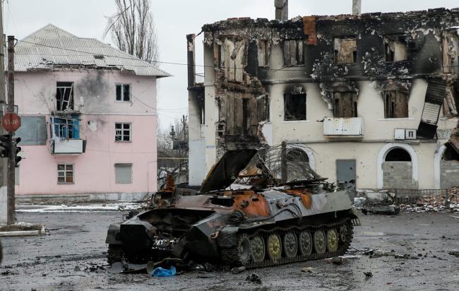 Количество пострадавших из-за обстрелов боевиками Новолуганского продолжает расти
