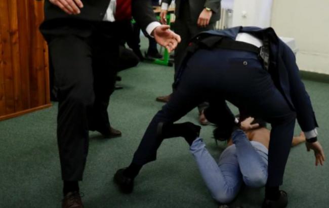 Премьер Чехии раскритиковал нападение активистки Femen на Земана