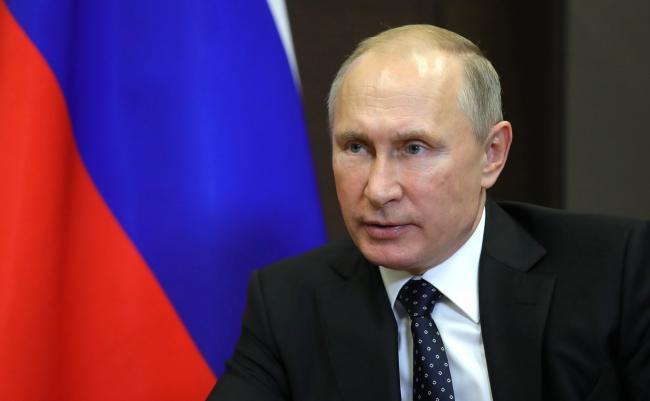 Значок на грудь: в России детей заставили возвышать Путина