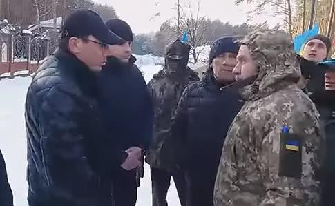 Луценко поговорил с пикетчиками под своим домом