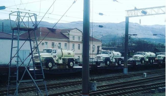 Россия сгоняет к украинской границе военные машины с символикой ООН