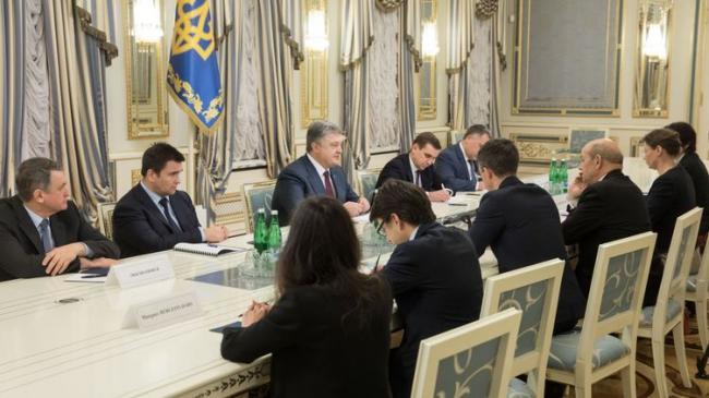 Порошенко обсудил с главой МИД Франции ситуацию на Донбассе и миротворческую миссию