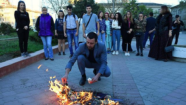 В аннексированном Крыму устроили акцию против Трампа, Макрона и Мэй