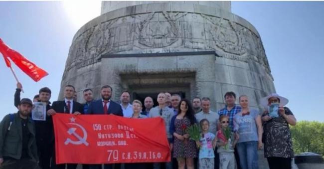 Добкин отметил 9 мая в Берлине: нес красный флаг и был замечен с георгиевской лентой