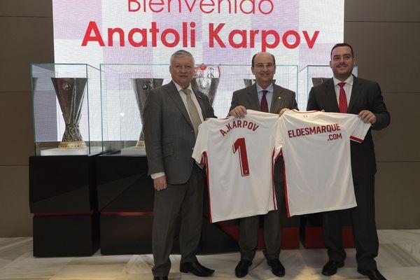 Чемпион мира по шахматам, экс-туляк Анатолий Карпов получил именную футболку «Севильи»