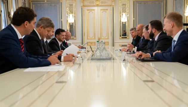 Зеленский обсудил с Волкером ситуацию на Донбассе