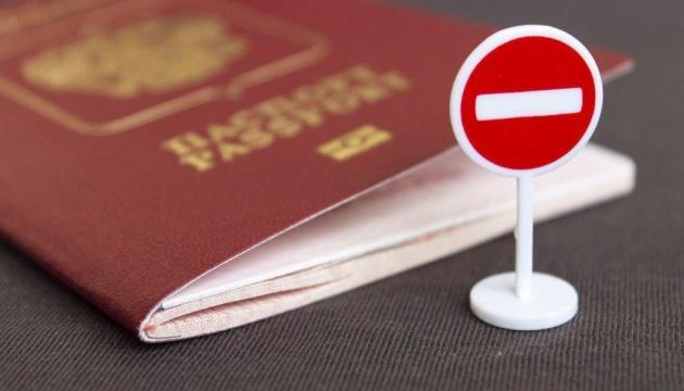 """Еврокомиссия готовит """"ответ"""" на выдаче паспортов России жителям Донбасса"""