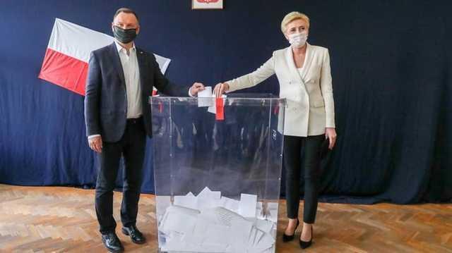 Дуда и мэр Варшавы вышли во второй тур выборов президента Польши