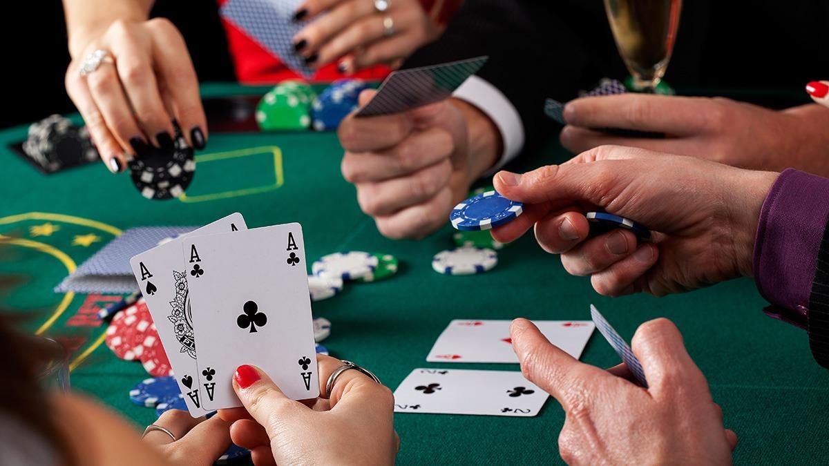 Реальные крупье за столом в покер на Покерматч